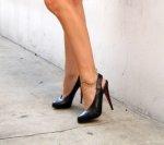 czarne szpilki na nogach kobiety